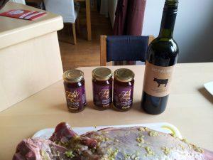 Mit Rotwein ablöschen und Lammfond angießen